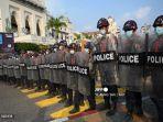 polisi-anti-huru-hara-memblokir-jalan-myanmar.jpg