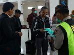 polisi-bagikan-masker-di-bandara-natuna_20200204_164016.jpg