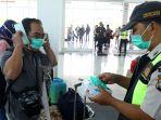 polisi-bagikan-masker-di-bandara-natuna_20200204_164120.jpg