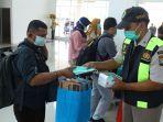 polisi-bagikan-masker-di-bandara-natuna_20200204_164230.jpg
