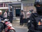 polisi-berjaga-di-tkp-penangkapan-seseorang-terduga-teroris-di-tulungagung-oleh-densus-88.jpg