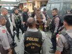 polisi-dari-satuan-shabara-polres-mimika-ketika-menghitung-anak-panah.jpg