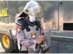 polisi-di-kendari-terkena-kotoran-saat-mengamankan-demo.jpg