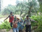 polisi-dibantu-warga-mengevakuasi-mayat-pria-yang-diduga-adalah-muhajir-dari-sungai_20181015_030301.jpg