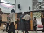 Interupsi di Persidangan, Polisi Giring Keluar Keluarga Gus Nur