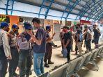 polisi-hadang-mahasiswa-yang-akan-demo-di-dpr-ri_20201007_125651.jpg