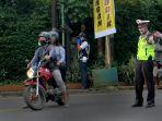 polisi-mengatur-lalulintas-mengenakan-masker-lukis-wajah_20200516_135640.jpg
