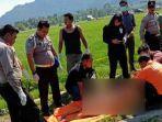 polisi-mengevakuasi-mayat-perempuan-yang-ditemukan-tewas-di-kelurahan-anjungan-melancar.jpg