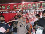 polisi-menunjukan-barang-bukti-yang-digunakan-pelaku-untuk-membacok-korban-di-kalideres.jpg