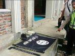 polisi-menunjukkan-selembar-bendera-isis-dan-2-lembar-ikat-kepala_20180115_210809.jpg