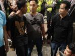 polisi-menyita-berbagai-senjata-tajam-yang-dibawa-ratusan-remaja.jpg