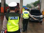 polisi-razia-pengendara-yang-nekat-mudik-di-gerbang-tol-cikupa_20210507_113629.jpg