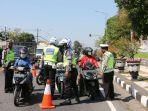 polisi-razia-penyekatan-ppkm-covid-19-di-semarang_20210708_123635.jpg