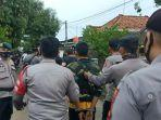 polisi-saat-mengamankan-pelaku-terduga-yang-menewaskan-2-petani-tebu-warga.jpg