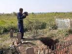 polisi-temukan-barang-bukti-di-makam-jenazah-yang-hilang-di-bekasi-keluarga-duga-ada-unsur-mistis.jpg