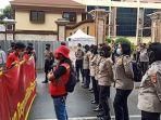 Srikandi Polisi Cantik Berjaga Barisan Depan saat Demo Buruh di Depan Mabes Polri