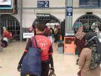 porter-di-stasiun-kereta-api-pasar-senen.jpg
