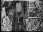 potongan-rekaman-video-memperlihatkan-seorang-pria-menyelinap-masuk-ke-toko-b.jpg
