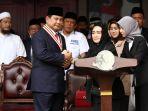 prabowo-dapat-medali-star-of-soekarno_20180817_184952.jpg