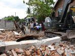 prajurit-tni-bersama-warga-bersihkan-puing-puing-rumah-di-lombok_20180905_214107.jpg