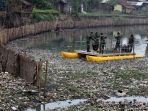 prajurit-tni-bersihkan-sampah-di-sungai-citarum_20180205_212243.jpg