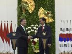 presiden-joko-widodo-berjabat-tangan-dengan-presiden-korsel-moon-jae-in_20180912_081932.jpg