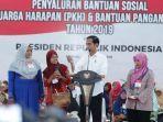 presiden-joko-widodo-saat-membagikan-bantuan-sosial-program-keluarga-harapan-phk.jpg
