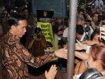 presiden-jokowi-bagikan-sembako-di-klender_20150908_204857.jpg