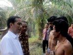 presiden-jokowi-bertemu-dengan-suku-anak-dalam-jambi_20151102_153942.jpg