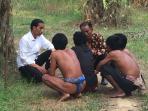 presiden-jokowi-dan-suku-anak-dalam-2_20151030_211858.jpg