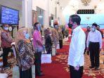 Presiden Instruksikan Menteri dan Kepala Daerah Kawal Penyaluran Bansos