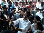 presiden-jokowi-meladeni-permintaan-swafoto-warga-di-pasar-onan-baru.jpg
