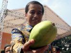 presiden-jokowi-membagi-buah-pir-pada-pembukaan-fruit-indonesia_20161121_124416.jpg