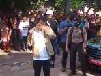Jokowi Menangis di Adonara, Dapat Surat Cinta dari Anak SMP dan Berikan Jaket untuk Fransiskus