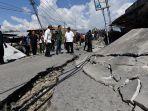 presiden-jokowi-meninjau-lokasi-terdampak-gempa-dan-tsunami_20180930_223030.jpg