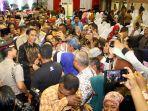 presiden-jokowi-menyerahkan-sertifikat-tanah-pada-rakyat_20180329_014758.jpg
