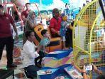 presiden-jokowi-saat-mengajak-bermain-jan-ethes-di-fun-world-the-park-mall-solo-baru.jpg