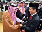 presiden-jokowi-sambut-kedatangan-raja-salman-di-jakarta_20170301_160046.jpg