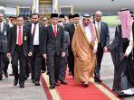 presiden-jokowi-sambut-kedatangan-raja-salman-di-jakarta_20170301_162444.jpg