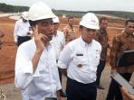 presiden-jokowi-tinjau-jalan-tol-trans-sumatera_20160211_191916.jpg