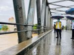 presiden-jokowi-tinjau-sungai-martapura-dari-jembatan-pakauman_20210118_184141.jpg