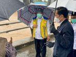 presiden-jokowi-tinjau-sungai-martapura-dari-jembatan-pakauman_20210118_184341.jpg