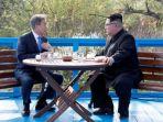 presiden-korea-selatan-moon-jae-in-dan-pemimpin-korea-utara-kim-jong-un_20180427_172724.jpg