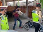 Marah saat Ditilang, Pria di Kepri Hancurkan Motor Pakai Batu Besar di Depan Polisi