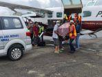 proses-evakuasi-jenazah-korban-kkb-di-bandara-mozez-timika.jpg