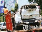 proses-evakuasi-mobil-crv-yang-terjun-ke-jurang_20181015_102342.jpg