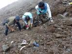 proses-penggalian-tulang-manusia-di-jalur-pendakian-merapi_20161007_214734.jpg