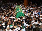 prosesi-pemakaman-gus-sholah_20200203_191554.jpg