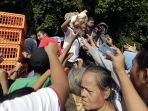 protes-harga-jual-murah-peternak-bagikan-5-ribu-ayam-gratis_20190627_180828.jpg
