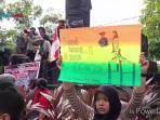 protes-soal-sampah-mahasiswa-pencinta-alam-tutup-tugu-adipura_20160628_093928.jpg
